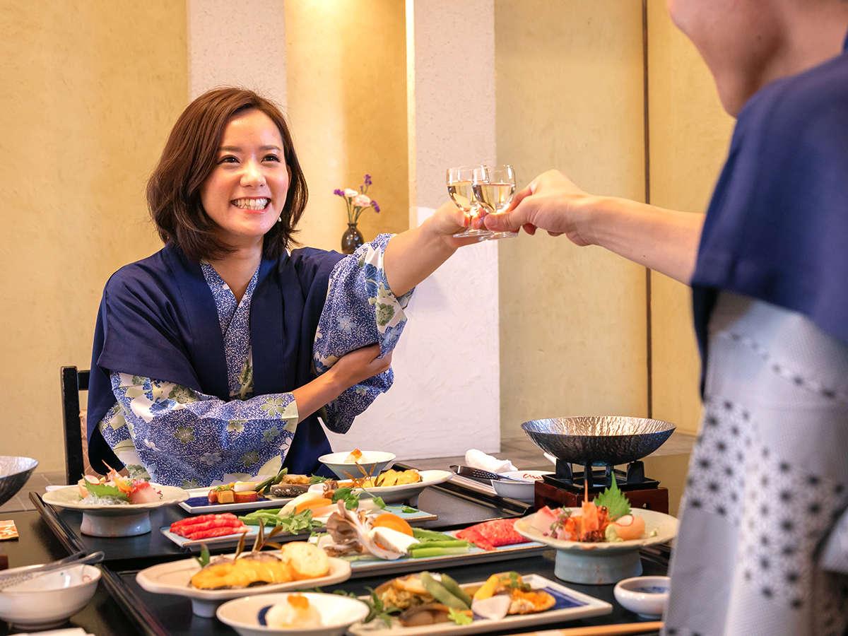 カップル・ご家族におすすめ!大切な人との時間を過ごす【お部屋食】。お食事のはじまりには、ぜひ乾杯を。