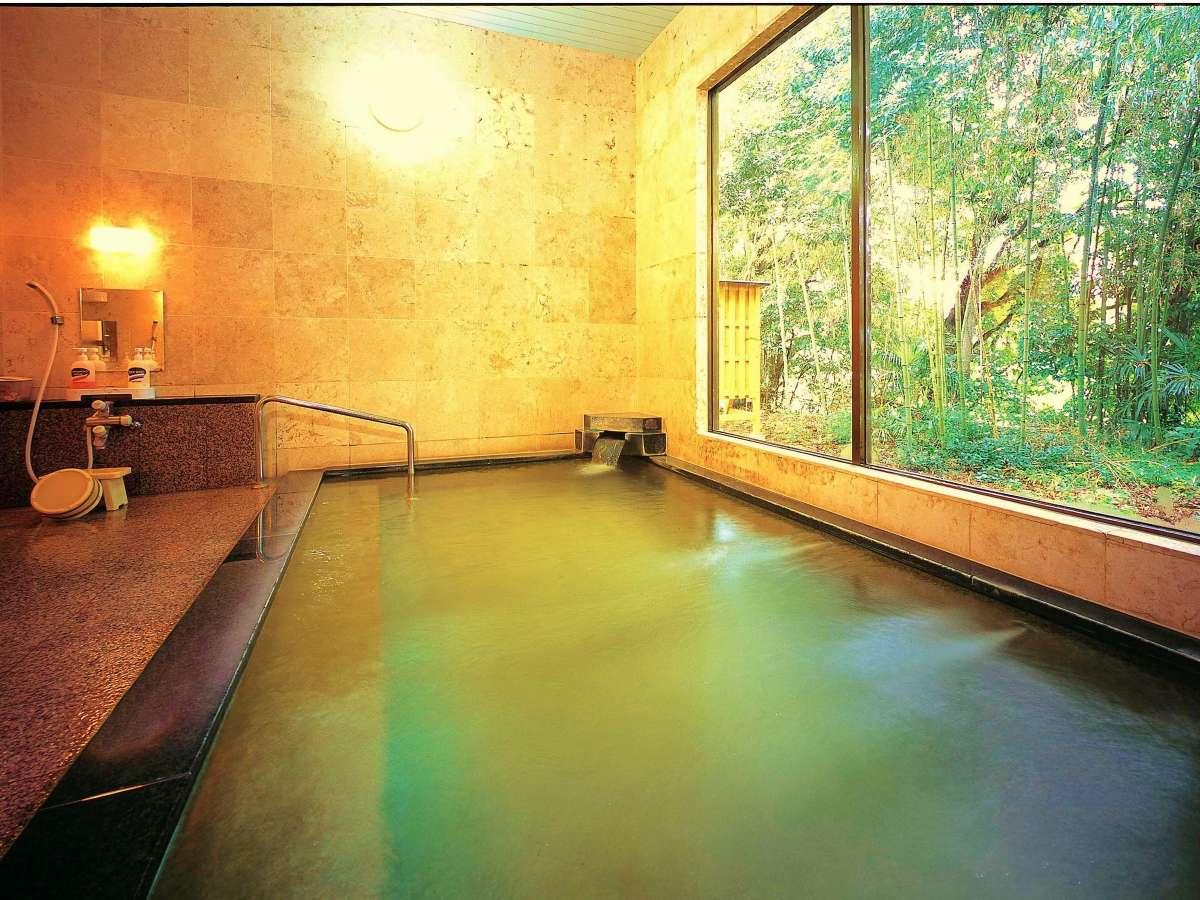 <内湯> 窓の外には緑が一杯 温泉に浸かりながら楽しめる
