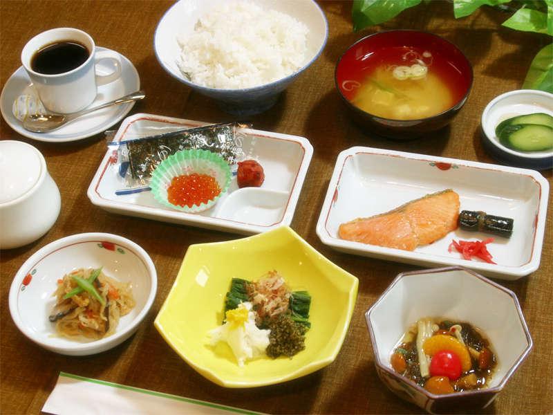 *朝食例:和食/焼き魚や小鉢などをご用意いたします。