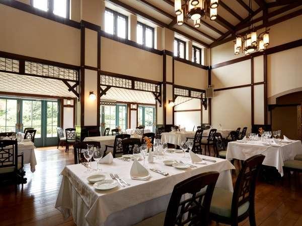 天井が高く開放的なレストラン「トレ・コローネ」
