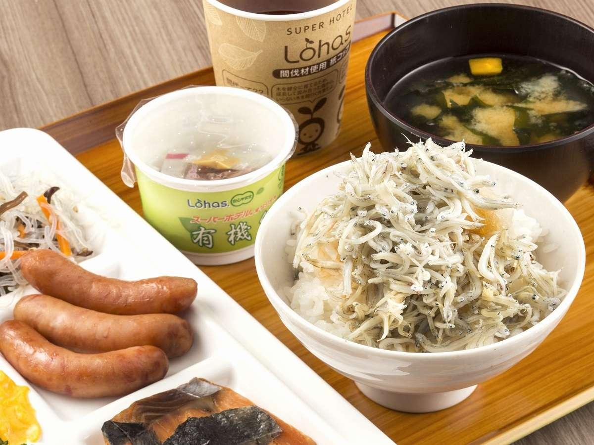 健康朝食は無料でご用意しております!湘南しらすや当館で焼き上げるパンは大好評!