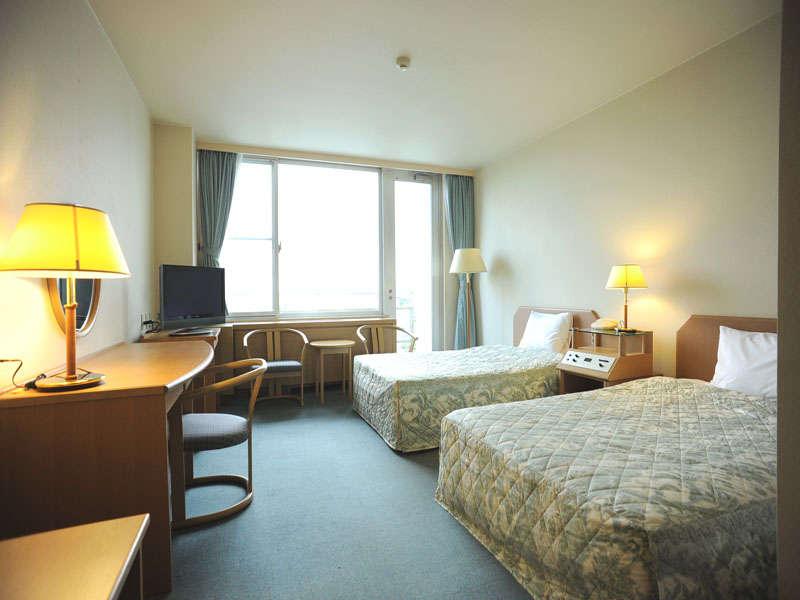 *客室例:ツインルーム/ひろびろとした空間でおくつろぎいただけます。