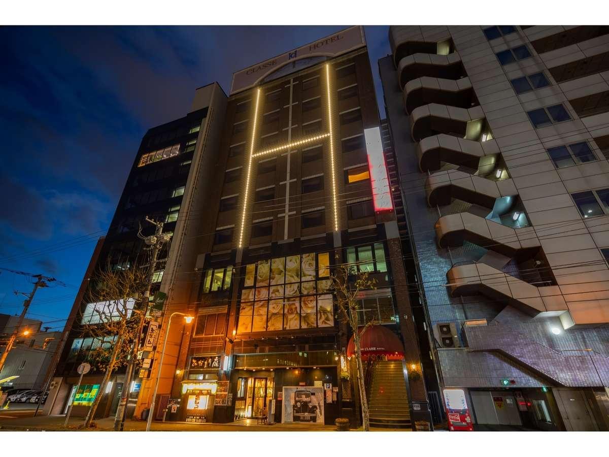 ホテルの外観です。赤い日除けと暗くなると光る電気が目印です。