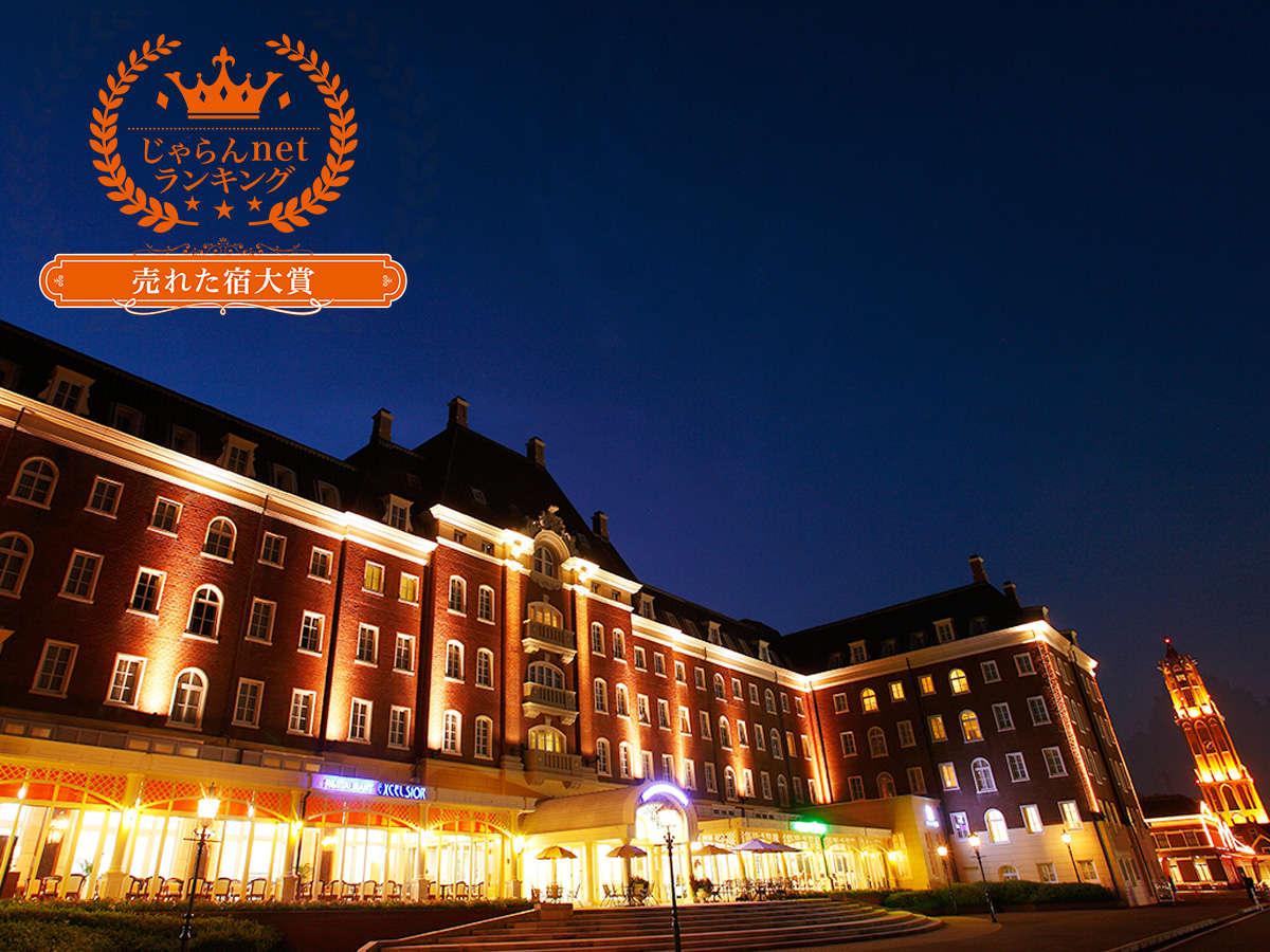 ライトアップされた夜のホテル外観は幻想的な雰囲気を作り出します