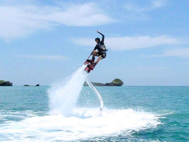 【マリンスポーツ】フライボード。マリンジェットの水圧を利用して空を飛ぶマリンスポーツ。