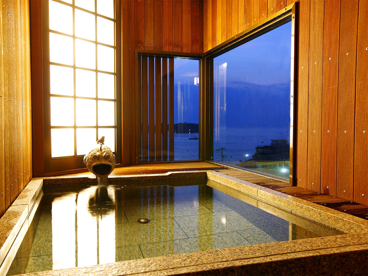 【温泉】男女別大浴場 女性半露天風呂から駿河湾を望む