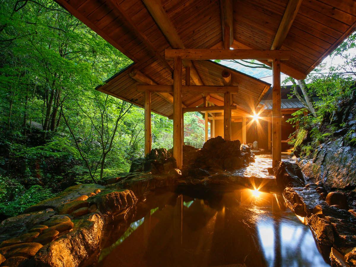森に抱かれた河畔風呂「せせらぎ」では滝の音や野鳥のさえずりがゆっくりと時を刻む
