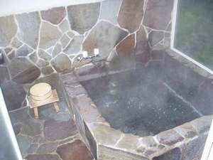 天井がガラスルーフの岩風呂風お風呂です。3~4人のご家族でもご一緒にお入りいただけます。