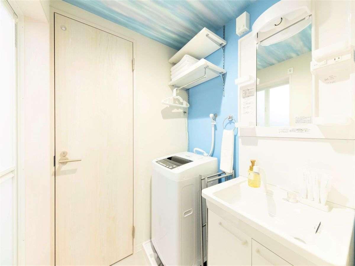 洗面台、洗濯機です。トイレ、浴室暖房乾燥機・バスタブ付きのバスルームもございます。