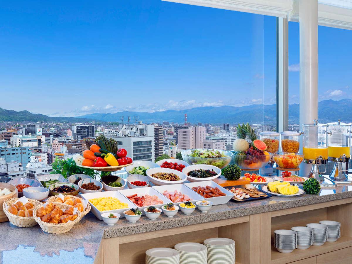 【朝食バイキング】16Fスカイレストラン白馬で朝食と共に信州の景色もお楽しみください。
