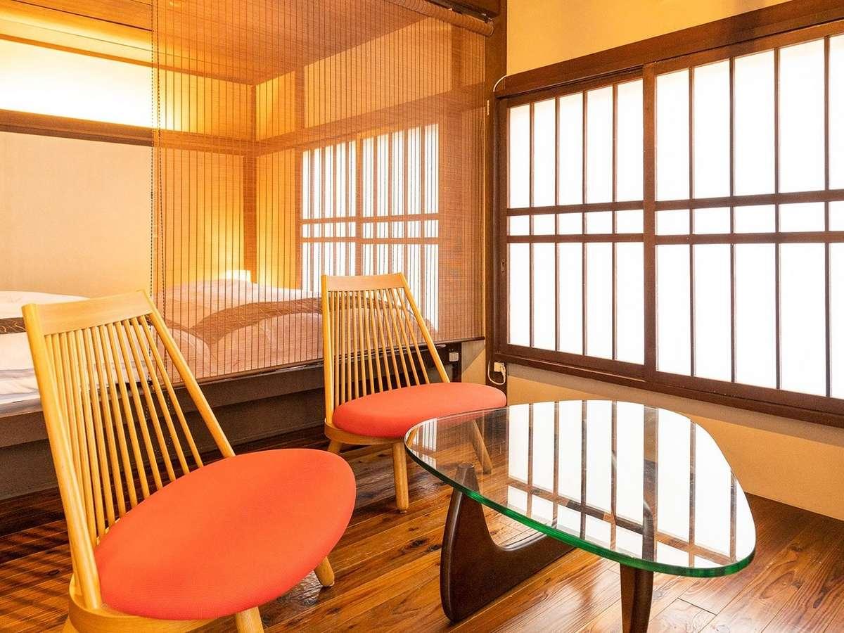 和洋室「大霧」は、イサムノグチテーブルと豊口克平デザインの天童木工の胡坐椅子を配して床暖房付き