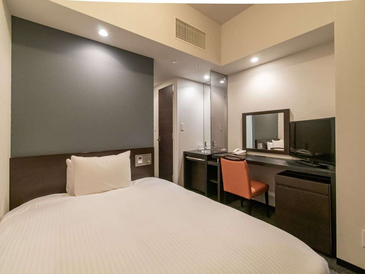 デラックスシングルルーム140㎝幅あるベッドは一人でゆっくり広々とお休みいただけます