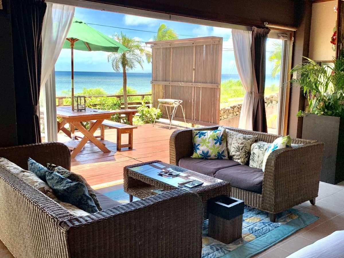 青い海と竹富島が広がるオーシャンビューのお部屋