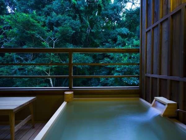 客室露天風呂「神宮の森」を望む客室露天風呂(全室)で、森林浴と湯浴みを同時にお愉しみいただけます。