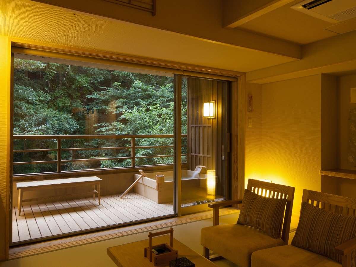 【和洋スイート】お部屋と露天風呂には、内宮へと続く森の清らかな空気が漂います