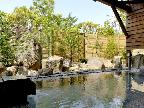 【大浴場-露天風呂】昼には明るい日差し、夜にはきらめく星空を眺めながらお入りいただけます。