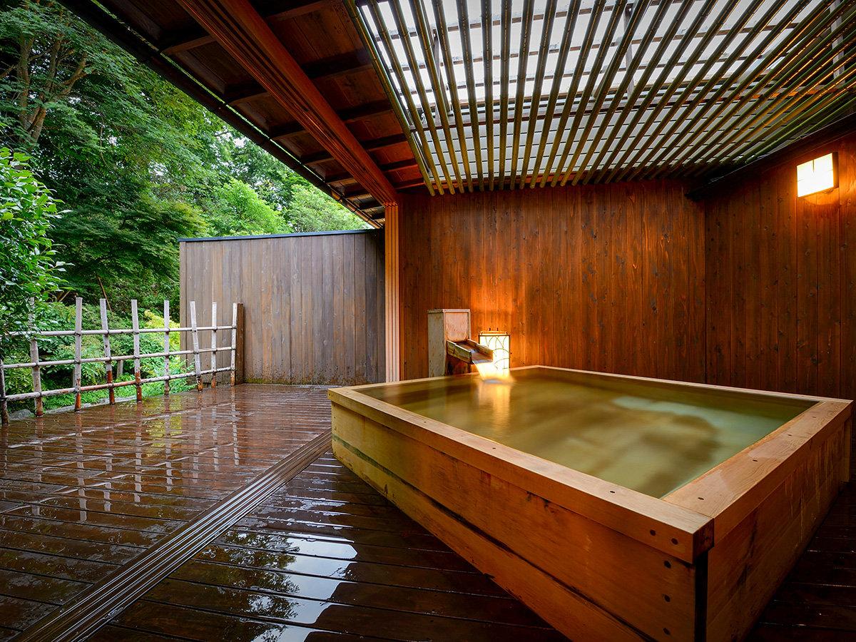 【月庭専用】檜造りの半貸切露天風呂*ごゆっくりどうぞ。
