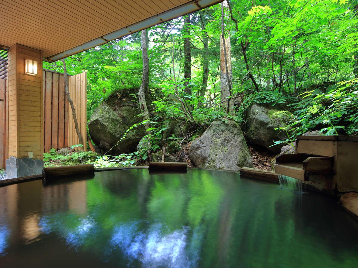 【大自然の湯「鳥の声」】色濃い緑が目の前に広がる露天風呂