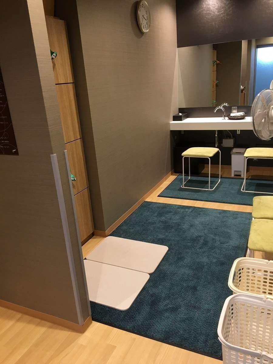 温泉脱衣所の床を改装。明るいイメージになりました。