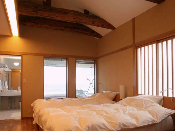 別館「しおさい」のお部屋シモンズのベッドとオーシャンビュー