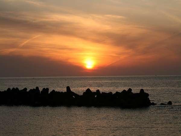 目の前の海水浴場から見る夕日は抜群です