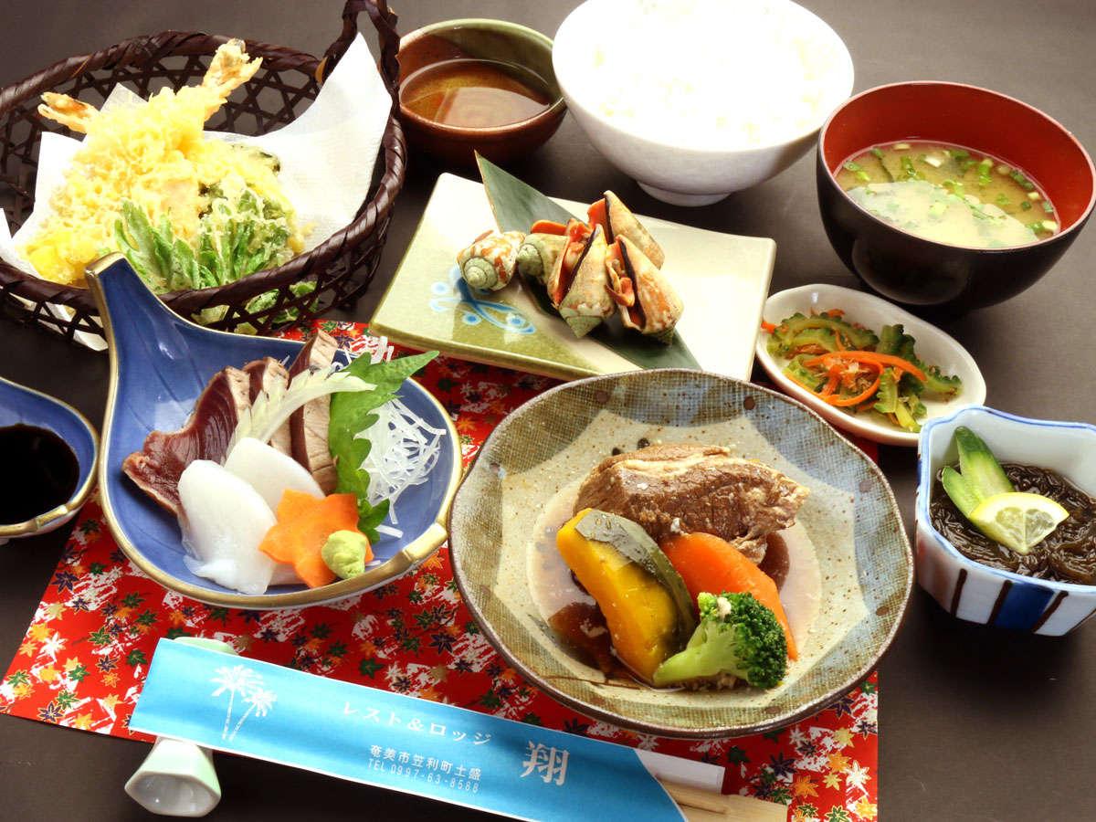 【夕食一例】お刺身、天ぷら、小鉢島じゅり、漬物、ご飯、味噌汁といった内容になっております。