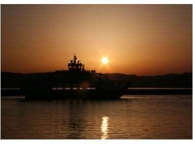 前島フェリーと夕日