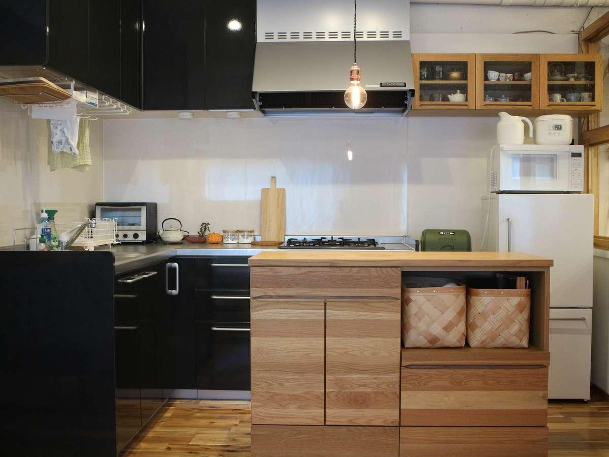 3口ガスコンロのキッチンです。基本的な調理家電や調味料、食器類を完備。ご宿泊中の自炊も可能です。