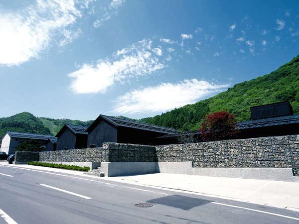 【外観】建築家・中山眞琴氏が設計した小樽の蔵の宿『蔵群』。