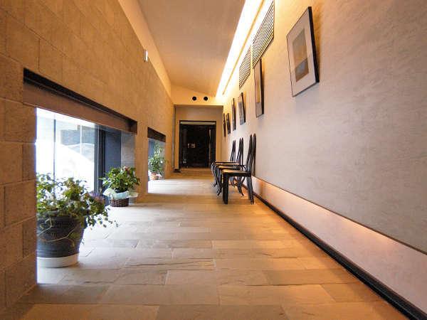 【施設内】美術家・阿部典英氏のセリグラフが飾られているアートギャラリー 【施設内】美術家・阿部典