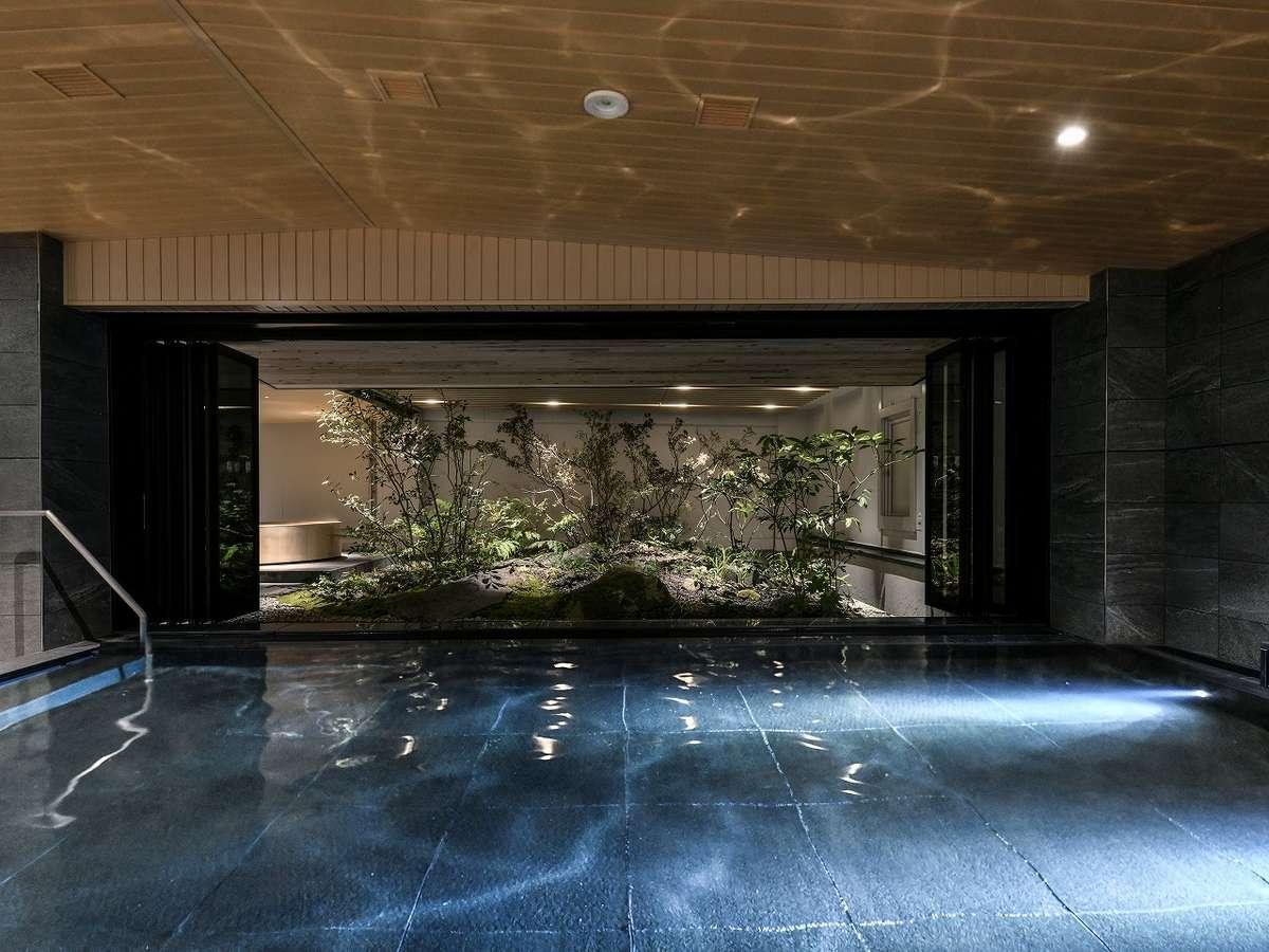 内風呂からも外の日本庭園が眺めることができます〈大浴場〉
