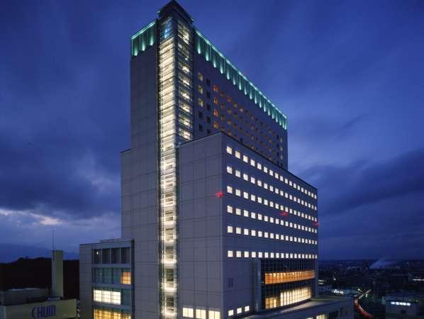 夜空にそびえる津のランドマークビル「アスト津」の上部が客室階です