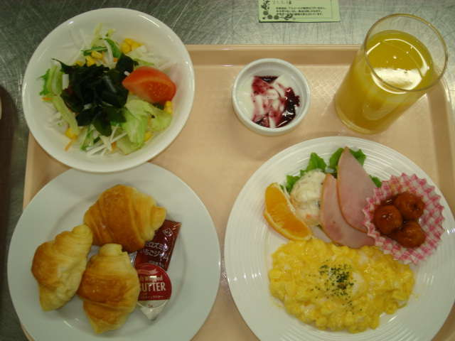 洋食Aセット。クロワッサンとスクランブルエッグです。