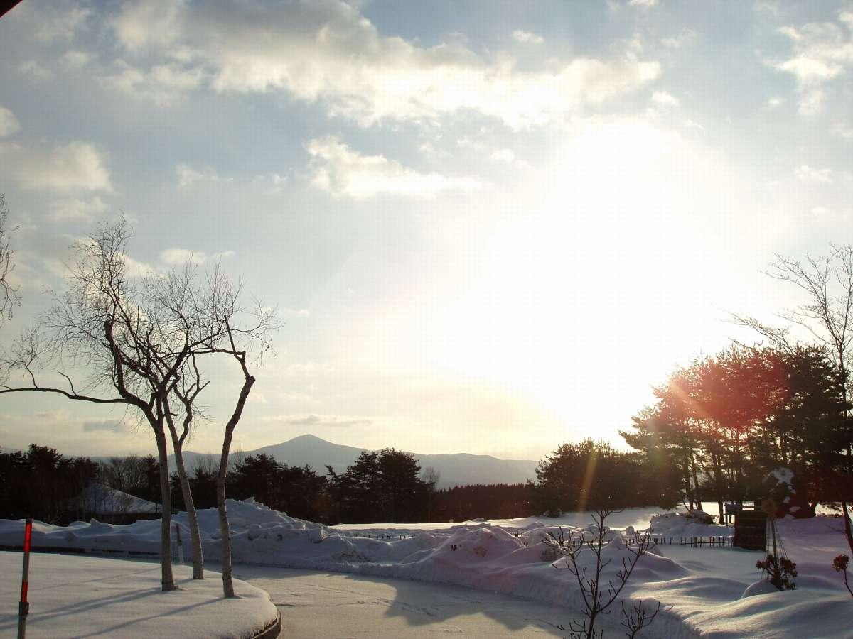 冬の朝。日の出と姫神山(正面玄関より)