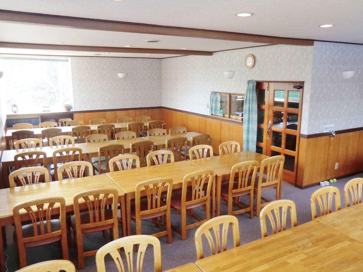 朝日が当たる西に面した開放感のある食堂