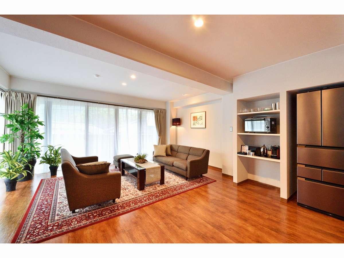【広々とした洋室】リビング冷蔵庫、電子レンジ、コーヒーマシーンも完備。