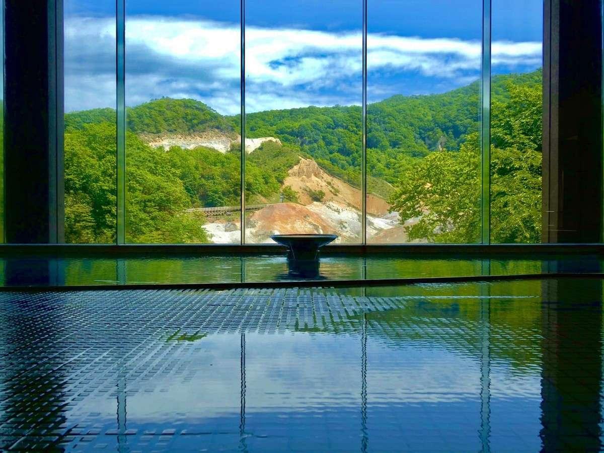 新緑芽吹く地獄谷、圧巻の風景を浴槽からご覧ください