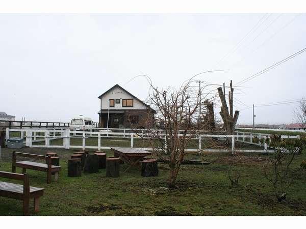 犬と馬が遊べる、お手製のドックラン、高さ120cm内周約45m