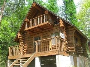 【C棟】静かな森の中に、木の温もり溢れるログハウス。