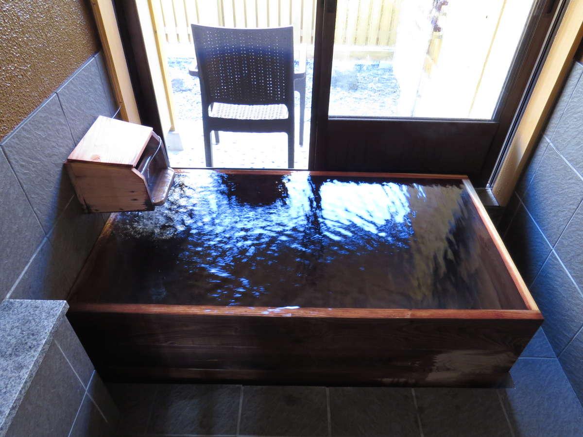 通常のお部屋のお風呂は檜風呂の内湯になります。