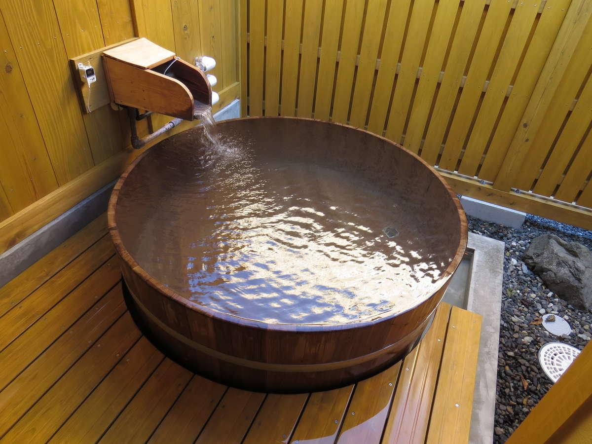 月崎唯一の半露天風呂です。お風呂は梅樽を使用しています。温泉は自慢の源泉掛け流しです。