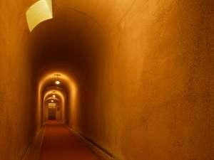 【浪漫のトンネル】本館と旅館棟を繋ぐトンネル。アニメモデルの1か所でもある
