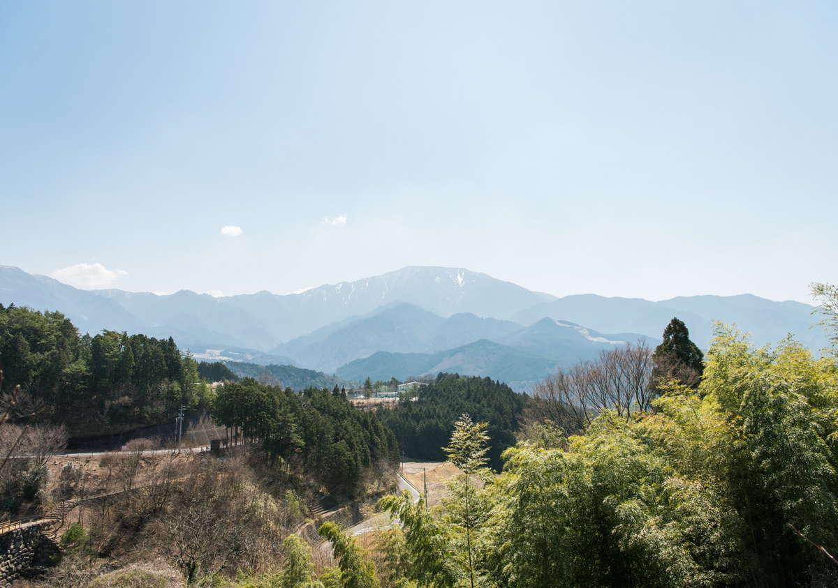 正面には壮大な恵那山が見えます