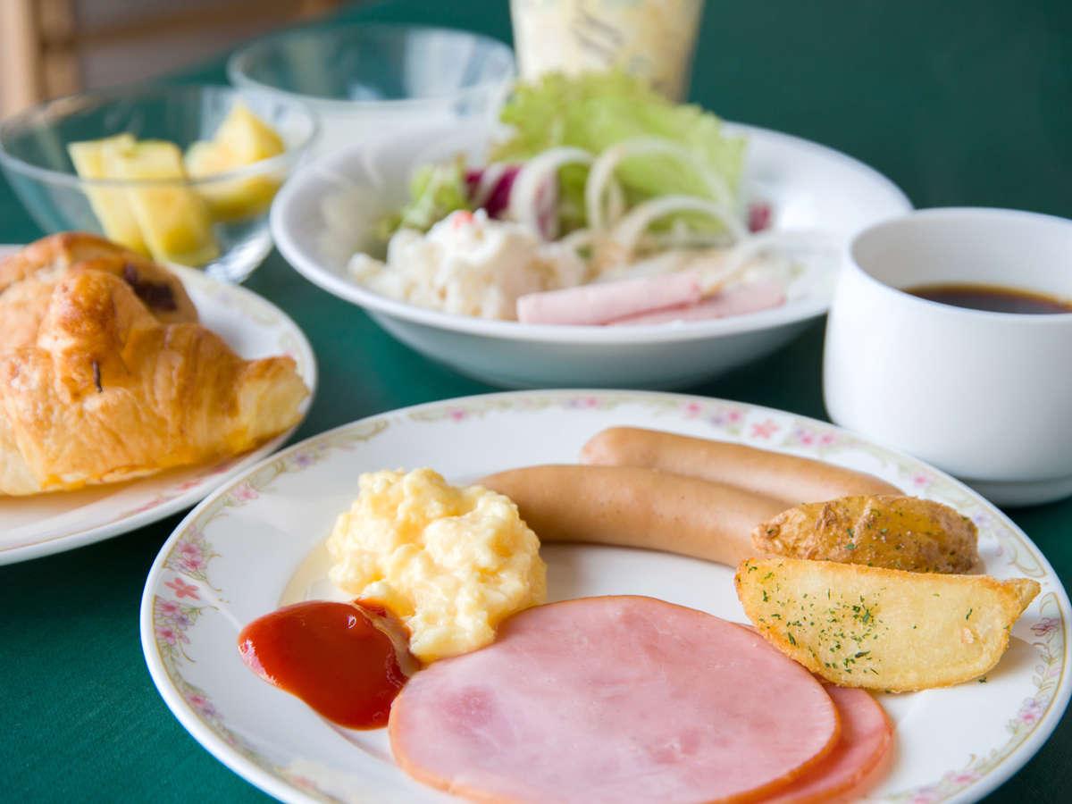 和洋食を取り揃えたバイキングスタイルのご朝食