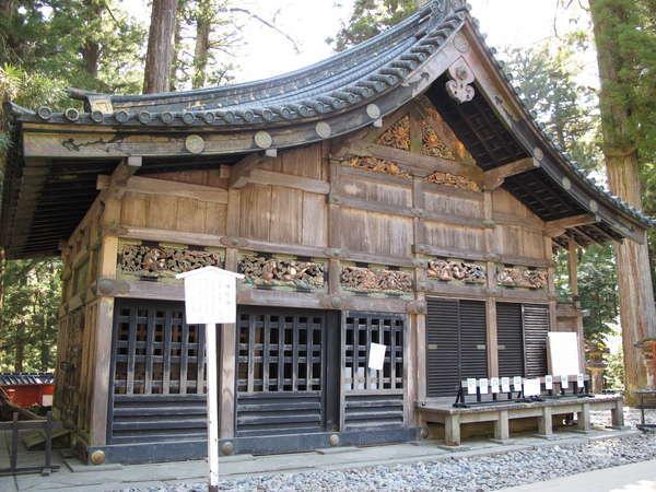 神厩舎(昔からさるは馬を守るとされ、さるの彫刻が8枚で綴られております)