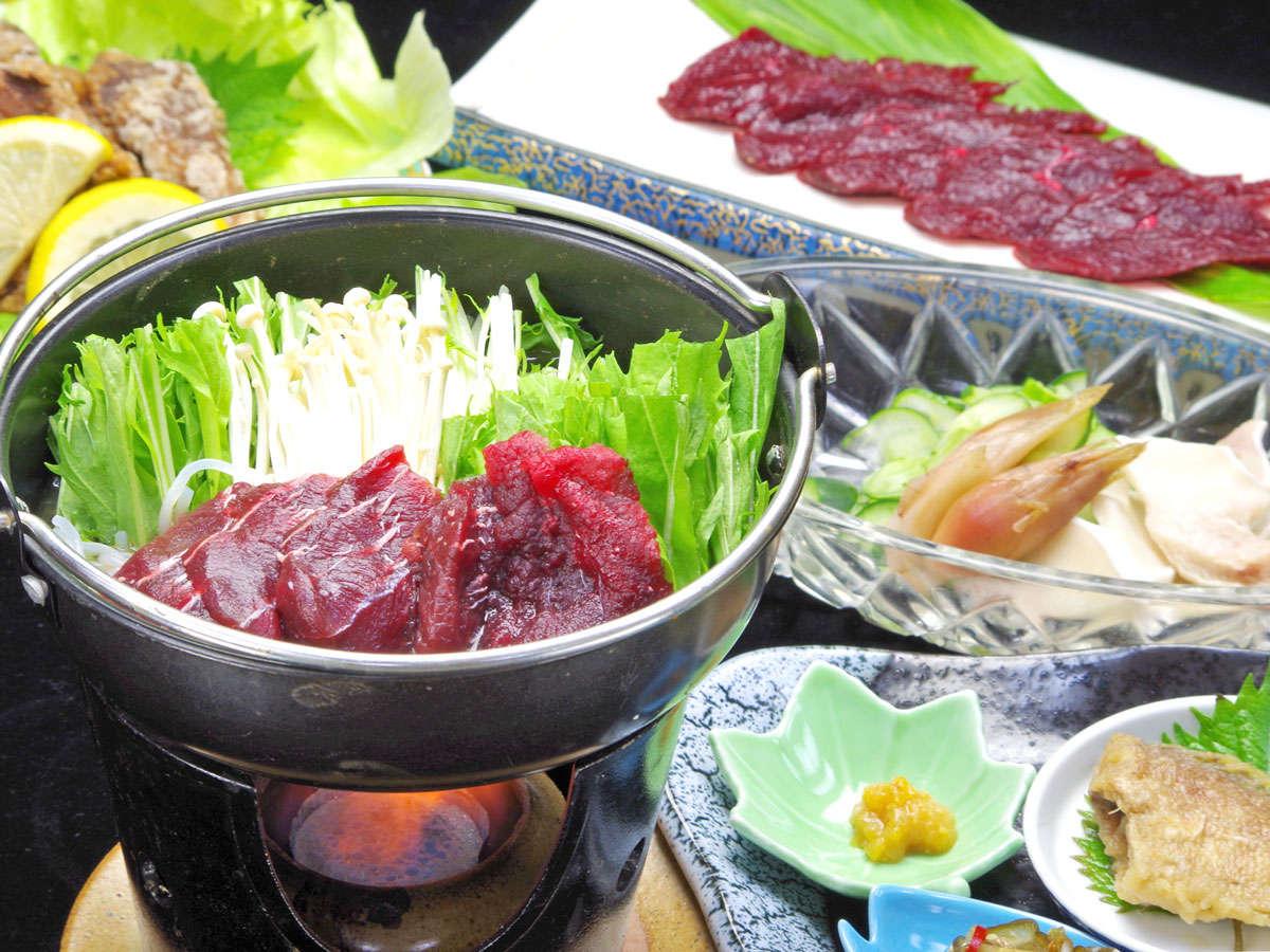 *能登は隠れた鯨の名産地。柔らかく味の深い赤身を使いはりはりの小鍋(鯨鍋)・お造りなどをご用意。