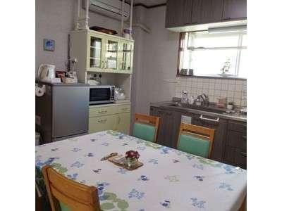 明るいキッチンで糸島の美味しい食材を調理してください。