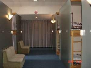 カーテン付きベットの客室