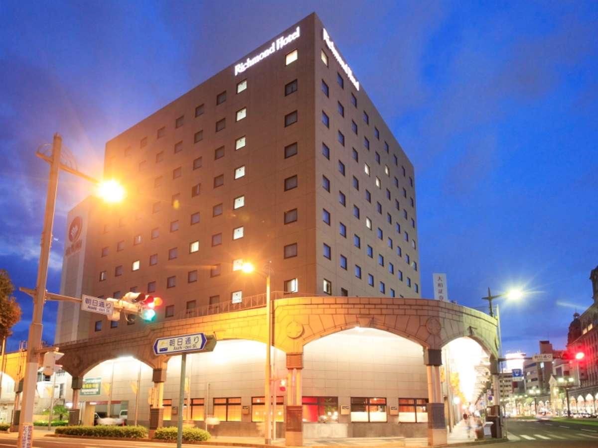 ホテルは朝日通り交差点にございます