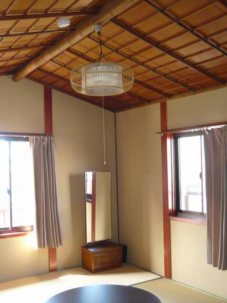 先代の意志を継いで残した、各部屋ごとに素材の異なった船形天井が一層旅情を掻きたててくれます。